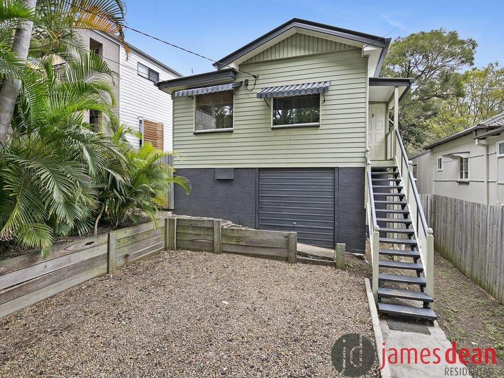 Queenslander Style Holland Park Home With Huge Covered Read Deck